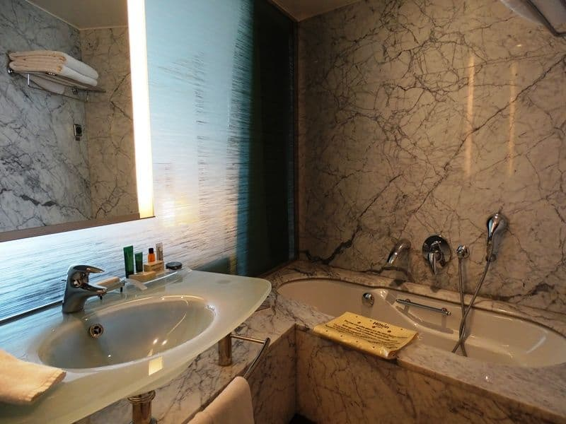 bathroom-at-hilton