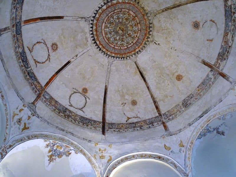 drawings-at-the-ceiling-of-the-mosques
