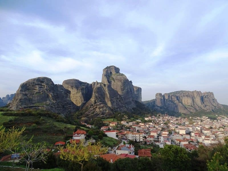 Kalampaka town and the Meteora rocks at the back
