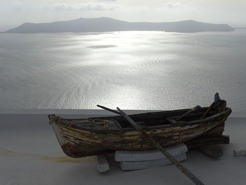 a-boat-in-Firostefani-compressor