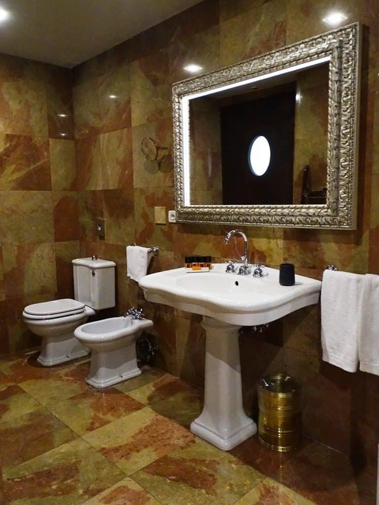 bathroom-at-victoria-palazzo-hotel-min