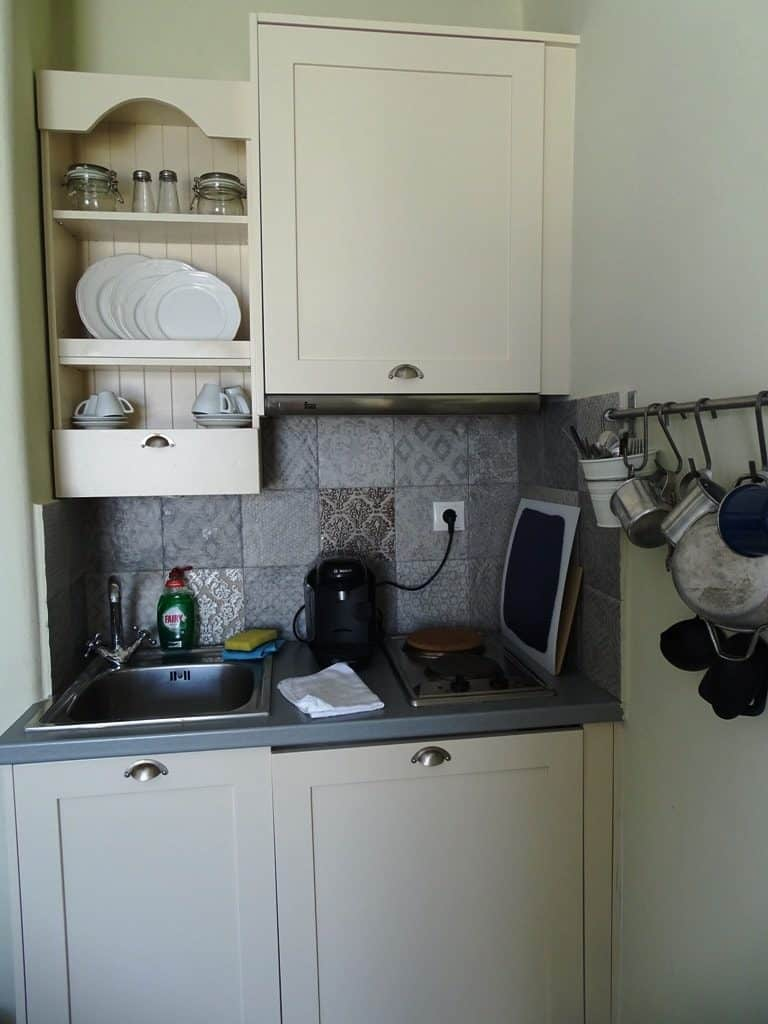 our-kitchen-at-makares-apartments-donousa-min