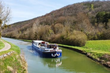 La Belle Epoque barge in Burgundy canals